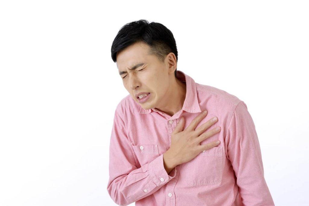 動悸を起こす男性